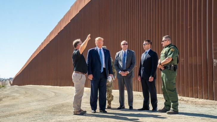 """Zidul """"puternic"""" al lui Trump de la granița SUA cu Mexic a fost distrus de vânt"""