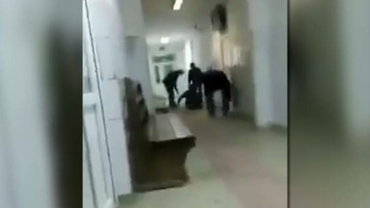 Revoltător! Bărbat târat pe hol și dat afară CU MĂTURA dintr-un spital din România