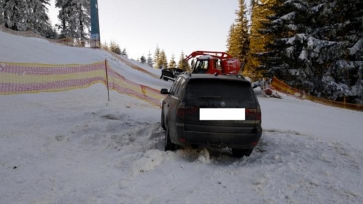 Un șofer a rămas împotmolit cu BMW-ul pe pârtie
