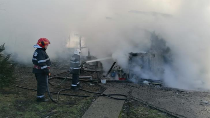 Casă distrusă de flăcări! Patru persoane, între care o minoră, au suferit arsuri
