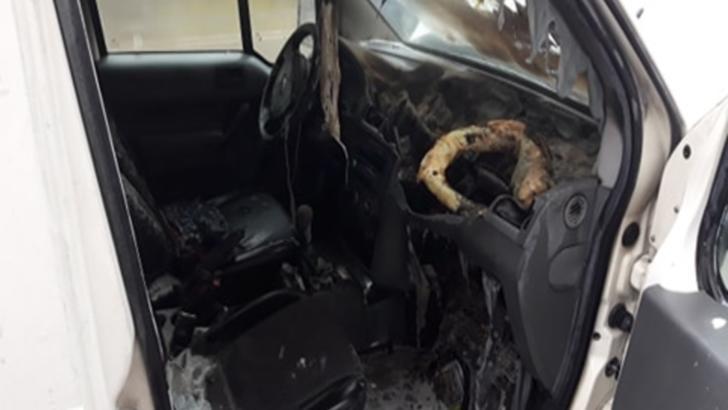 Panică în Suceava: dubiță cuprinsă de flăcări, în mers