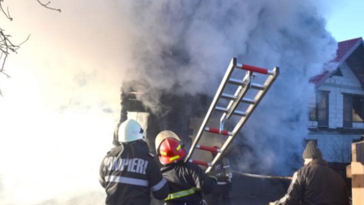 Un barbat din Teleorman a suferit arsuri de gradul I la nivelul fetei incercand sa-si salveze casa de flacari