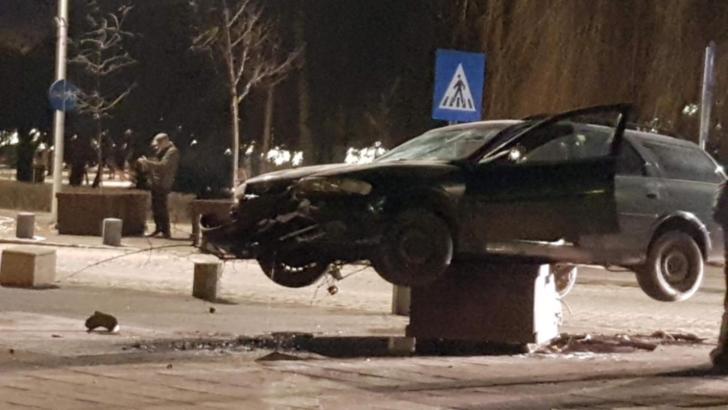 Șofer cascador: s-a urcat cu mașina pe o bordură și a rămas suspendat pe un ghiveci
