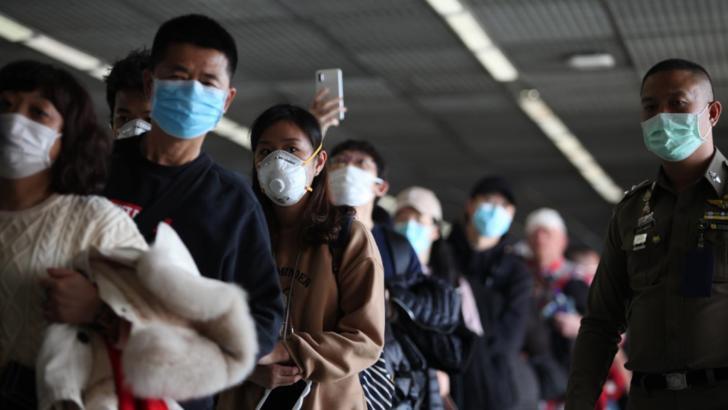 VIDEO CORONAVIRUSUL provoaca isterie si panica in China. Un sofer de taxi da jos un client din Wuhan
