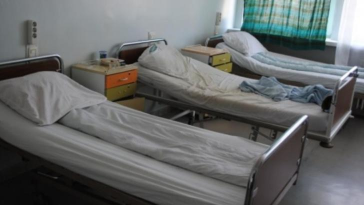 Revoltator! Barbat tarat pe hol si dat afara CU MATURA dintr-un spital din Romania
