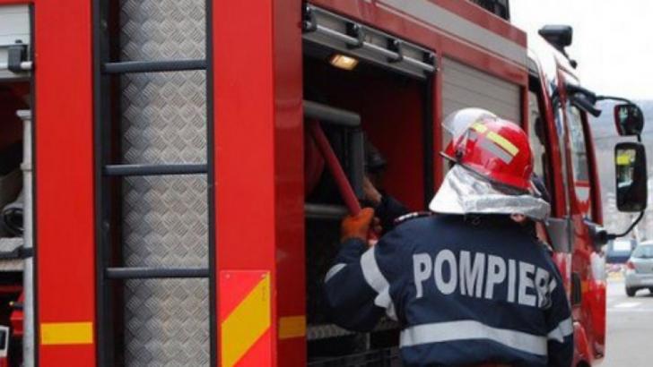 Incendiu puternic, în jud. Timiş: sute de angajaţi ai unei firme de catering, evacuaţi