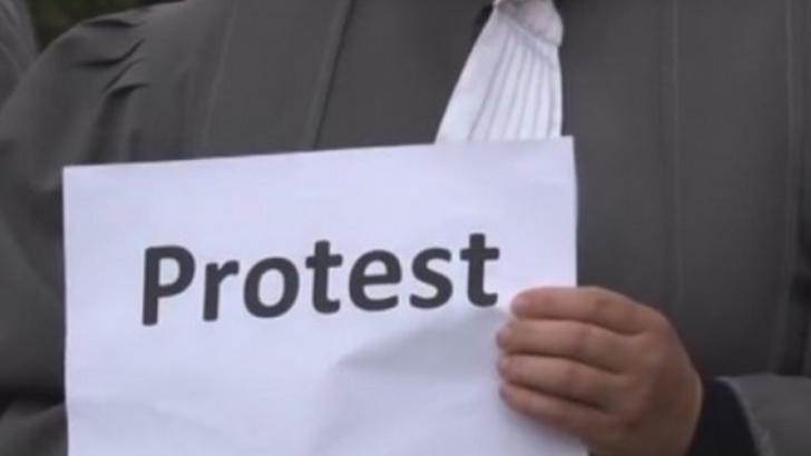 Grefierii protestează. Vor tron înalt și statut special!