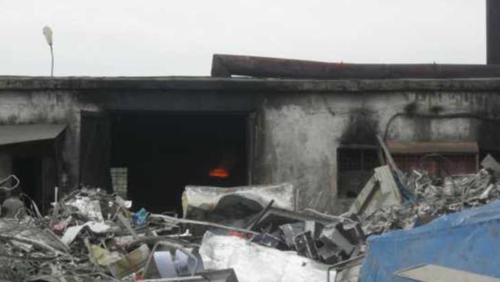 O topitorie de metale neferoase din Olt, gard în gard cu o şcoală