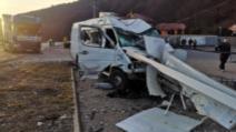 Accident grav între Cluj şi Oradea: doi răniți. Microbuz proiectat în stâlp de un TIR