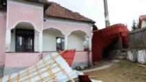 Vântul a lăsat fără acoperiș o școală din Argeș
