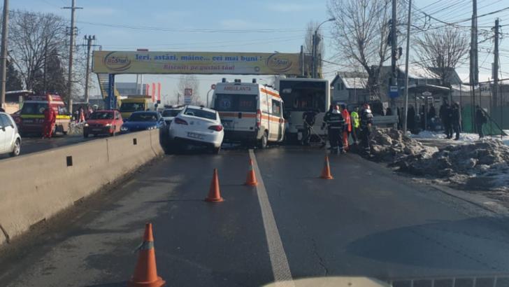 Accident în lanț, lângă Capitală. Sunt implicate o ambulanță, un autobuz STB și un autoturism: 5 victime