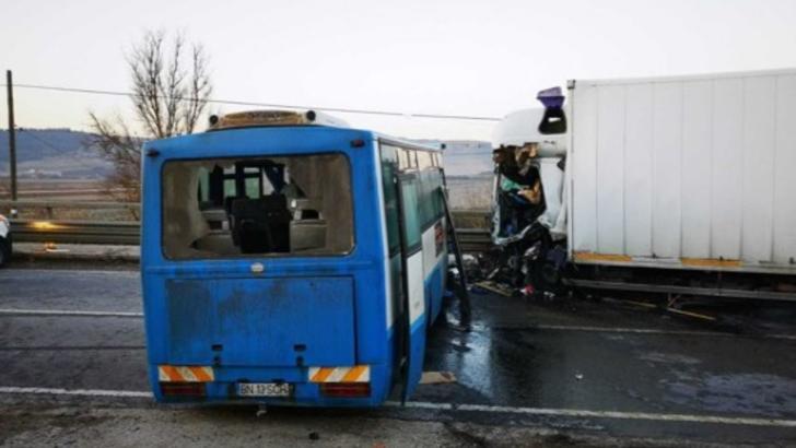 Grav accident, cu un mort şi 7 răniţi, în jud. Bistrița-Năsăud. Un autobuz s-a ciocnit cu un autotren