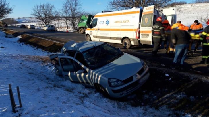Impact violent între un autocamion și o mașină: două victime