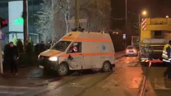 Tramvai deraiat, după ce a lovit o ambulanță: două victime
