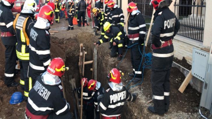 Interventie pompieri. Barbat acoperit de pamant