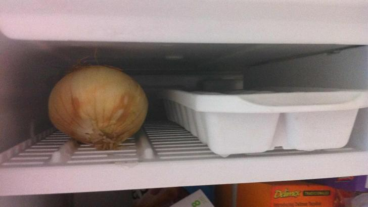 De ce se pune ceapa in congelator. Vei folosi mereu acest truc