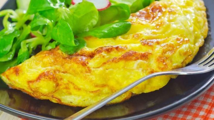 Așa faci cea mai bună omletă. Ingredientul care-i dă tot gustul