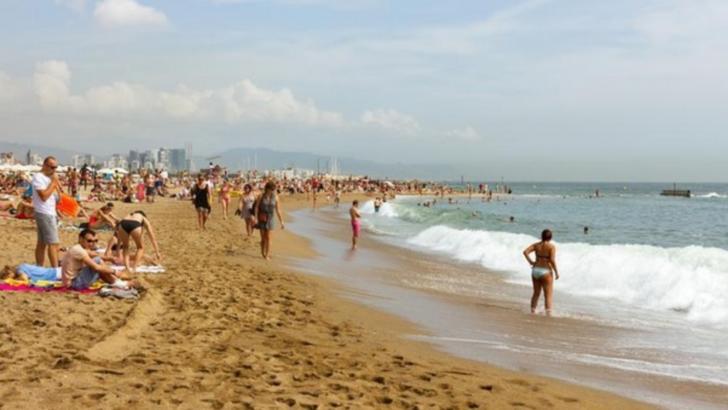 Turiștii sfidează canicula la plajă. La ce riscuri se expun