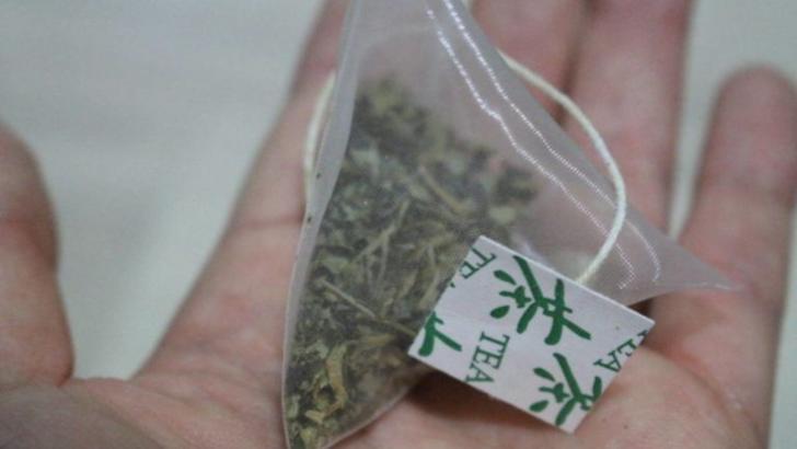 11,6 miliarde de microplastice ajung in organism cand bem ceai la pliculet