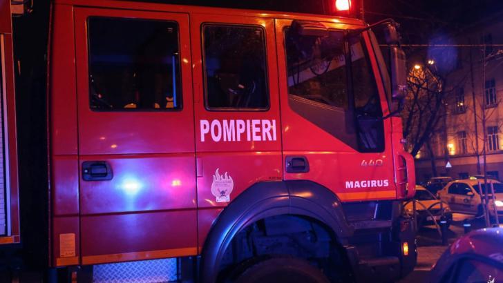Incendiu violent, la bloc. Zeci de locatari, evacuați: 13 persoane, la urgență