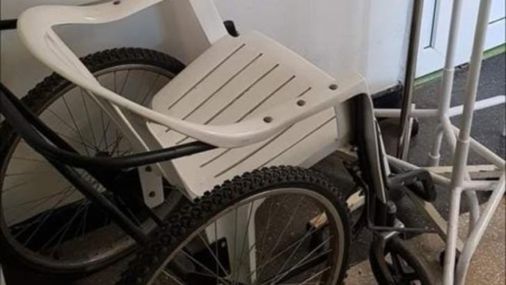Scene incredibile in cel mai mare spital din Oltenia! Pacienti plimbati cu scaunul de plastic cu roti