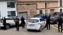 Polițiștii spanioli din Algaido (Mallorca) cântă și dansează pe stradă pentru cei izolați din cauza epidemiei de coronavirus