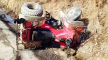 Un adult și un copil au fost grav răniți după ce au căzut cu ATV-ul într-un canal de desecare.