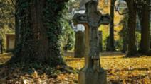 De ce sunt îngropați morții la 2 metri adâncime. Puțină lume știe asta