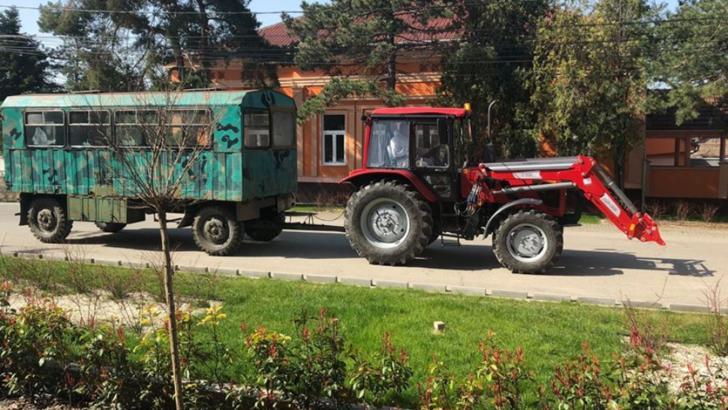 Nădlac: Persoanele care ies din vamă pe jos vor fi transportate la gară cu o dubă tractată de un tractor
