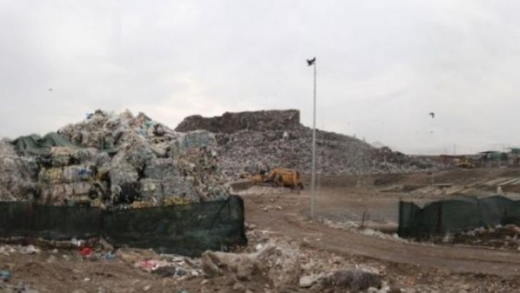La Pata Rât se arde gunoi din Italia? Mii de metri cubi de deşeuri cu inscripţii în italiană au ajuns în depozitul RADP