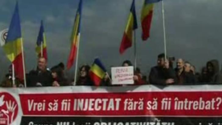 PROTEST în fața Parlamentului: zeci de români cer ca vaccinarea să nu devină obligatorie