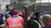 Operațiune spectaculoasă de salvare: bărbat scos de pompieri dintr-o fântână