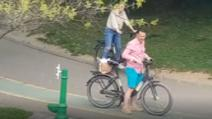 Primarul sectorului 3, Robert Negoiță, surprins când se plimbă cu bicicleta, în Parcul IOR, închis oficial