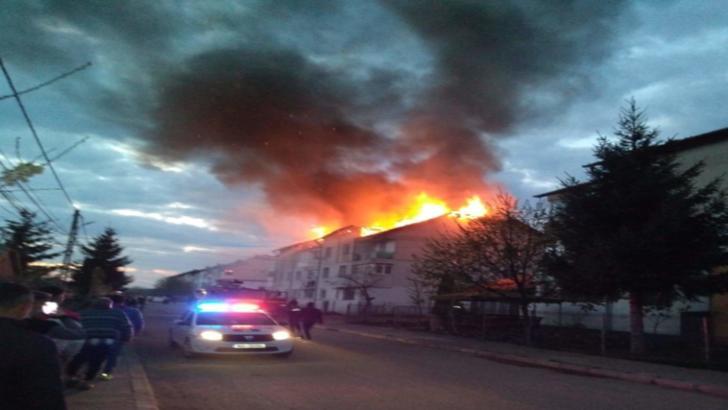 Incendiu devastator, în jud. Botoșani: acoperișul unui bloc a ars ca o torță