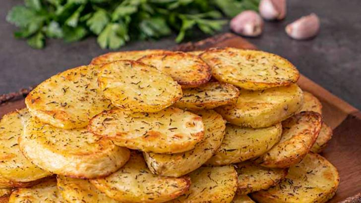 Cartofi la cuptor cu cremă de usturoi