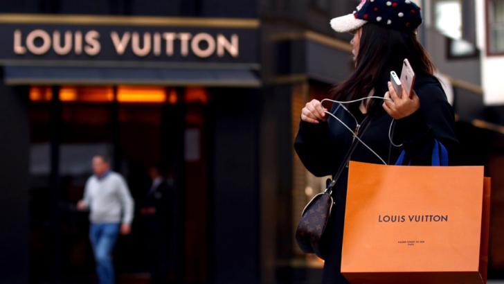 Coadă la Louis Vuitton în centrul Vienei, după redeschiderea magazinelor