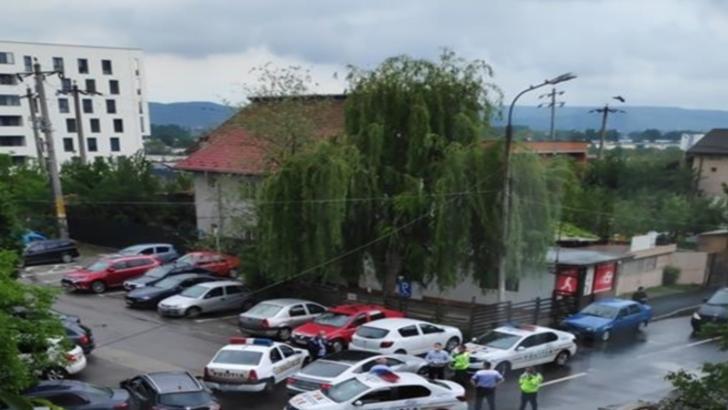 Argeș: Un șofer care avea în mașină doi condamnați urmăriți național a fugit de Poliție