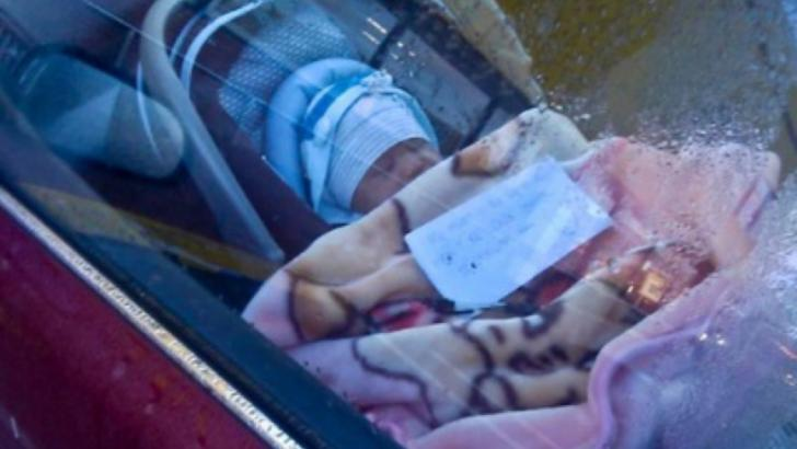 A văzut un bebeluş în maşină. Alături, un bilet. Când l-a citit, a chemat Poliţia