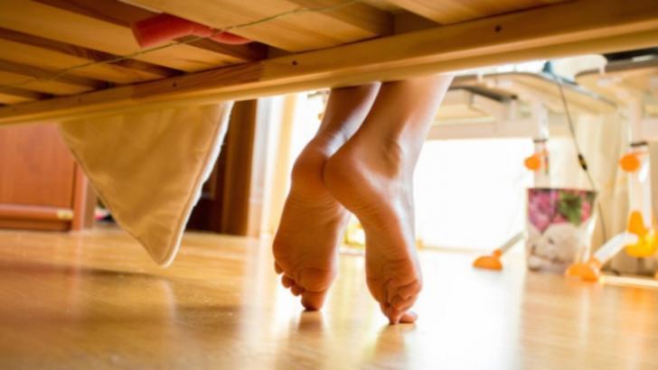 Socrii au venit într-o vizită surpriză la noră. Când s-au uitat sub pat, au simţit cum li se face rău!