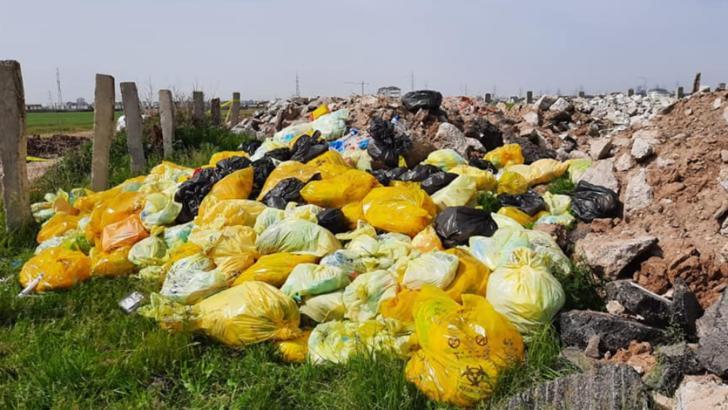 Bombă biologică la marginea Capitalei! Zeci de saci cu seringi, perfuzii, pe câmp. Ce spun autoritățile