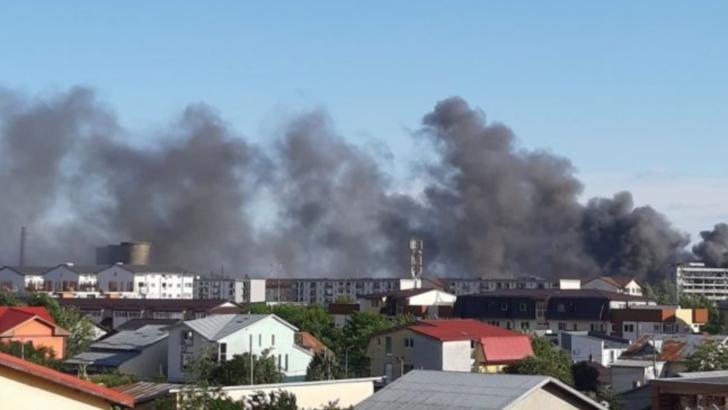 Incendiu puternic, în București - 20 de autospeciale intervin în acest moment