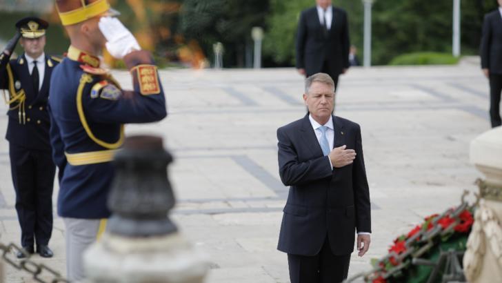 Președintele Klaus Iohannis a depus coroane de flori la Mormântul Eroului Necunoscut, în Parcul Carol din București, de Ziua Eroilor Foto: Inquam Photos/George Calin