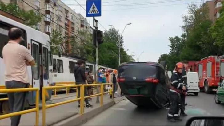 Accident grav, pe linia tramvaiului 41: mașină răsturnată, șoferul a scăpat ca prin minune