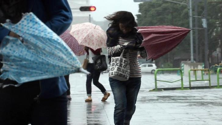 Vremea se strică în București. Locuitorii din Capitală vor avea parte de rafale de vânt și ploi