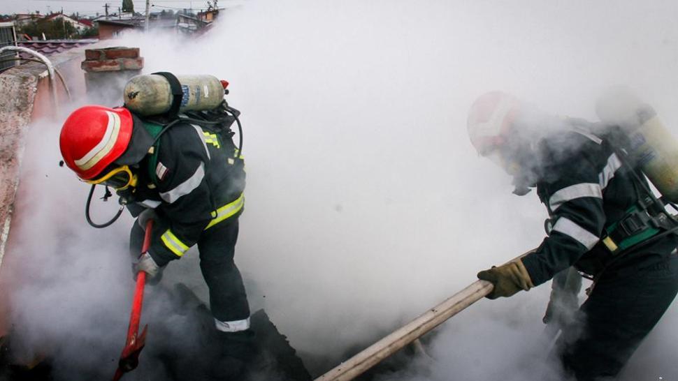 Incendiu devastator, în jud. Hunedoara. Clădire de patrimoniu, în flăcări