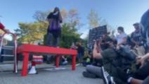 """Un adolescent a fost ucis și un altul a fost rănit grav după ce au fost împușcați în centrul orașului Seattle ocupat de protestatarii Black Lives Matter și declarat """"zonă autonomă"""", relatează BBC.  Zona, cunoscută inițial drept Zona Autonomă din Dealul Capitolului (Chaz) și acum redenumită Protestul de Ocupație din Dealul Capitolului (Chop), a fost creată în timpul protestelor declanșate de uciderea afro-americanului George Floyd de către Poliția din Minneapolis.  Spitalul Harborvew Medical Center din Seattle a anunțat că unul din băieți a fost transportat cu un autoturism privat în jurul orei 03:15 ora locală în timp ce celălalt a fost adus de către o mașină a echipei medicale a Departamentului de pompieri la 03:30.  """"Bărbatul care a ajuns la Harborview...la ora 3:30 din zona Chop a Dealului Capitolului din nefericire a decedat"""", a transmis spitalul într-un comunicat.  Cealaltă victimă, în vârstă de 14 ani este internată la terapie intensivă.  Deși inițial zona a fost ocupată de către protestatari pașnici, acesta este al patrulea incident în care o persoană a fost împușcată în cadrul zonei autonome din ultimele 10 zile  În primul caz care a avut loc în dimineața zilei de 20 iunie, un tânăr de 19 ani a fost ucis iar un alt bărbat în vârstă de 33 de ani a fost rănit. Un al doilea incident în ziua următoare s-a soldat cu rănirea unui adolescent de 17 ani iar o a treia persoană a fost rănită două zile mai târziu.  Drept răspuns la șirul de violențe, oficialii locali au declarat că au în vedere restabilirea controlului asupra zonei și redeschiderea secției de poliție abandonate de către ofițeri după ciocnirile violente cu protestatarii.  Carmen Best, șeful Poliției din Seattle, a declarat că un jeep """"plin cu găuri de glonț"""" a fost descoperit în apropierea uneia din barierele de beton ce blochează intrarea în zona autonomă și a acuzat protestatarii și rezidenții că nu cooperează cu forțele de ordine.  Zona """"nu mai este sigură pentru nimeni acum"""", a declarat aceasta.  Pri"""