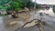FOTO Inundațiile au făcut prăpăd în județul Brașov, drumuri rupte și gospodării calamitate