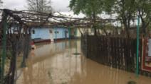 Inundațiile au făcut prăpăd în țară: șosele înghițite de ape, oameni evacuați