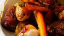 Cum gătești repede la cuptor o pulpă de porc cu cartofi, morcovi, păstârnac și usturoi Foto: mazilique.ro