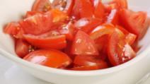 Acest ingredient adăugat în salata de roşii îi va schimba complet gustul! Cine s-ar fi gândit?